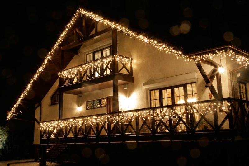 Новогоднее оформление деревянного дома фото